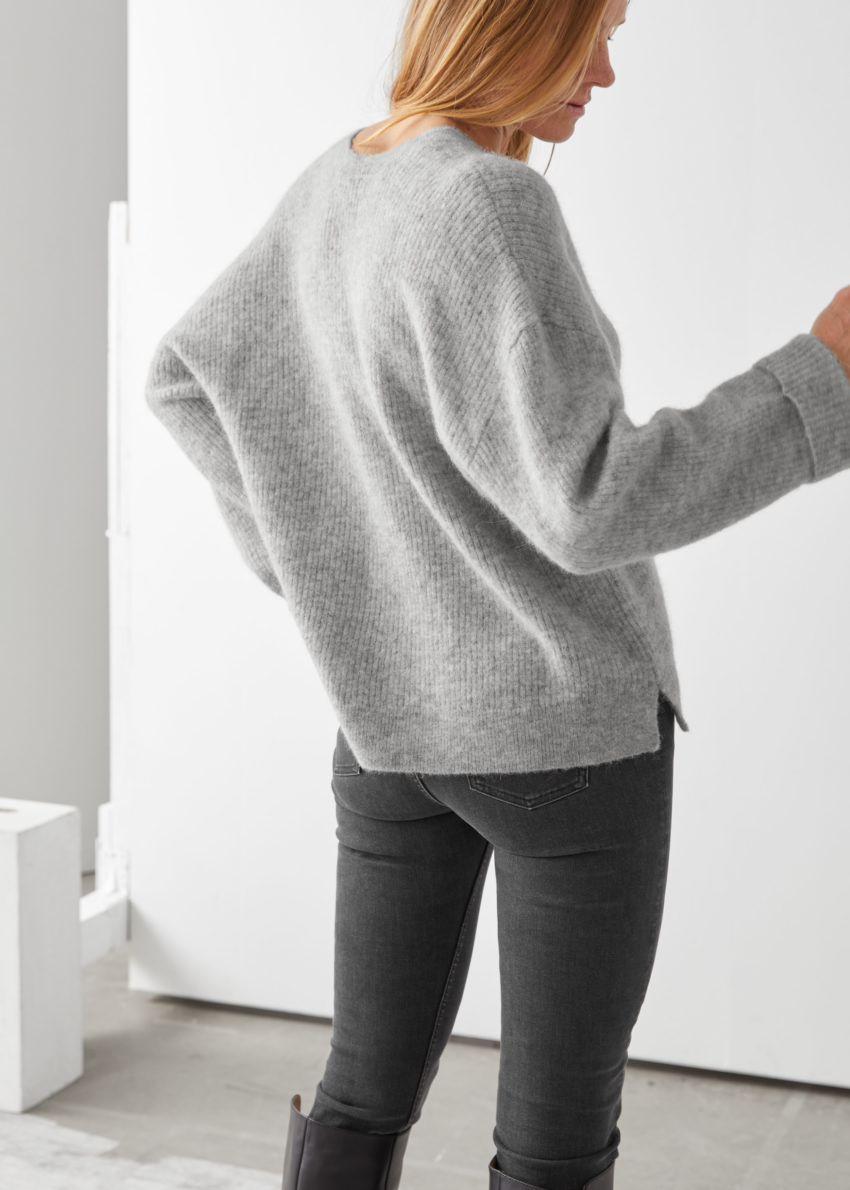 앤아더스토리즈 오버사이즈 브이넥 립 스웨터의 그레이컬러 ECOMLook입니다.