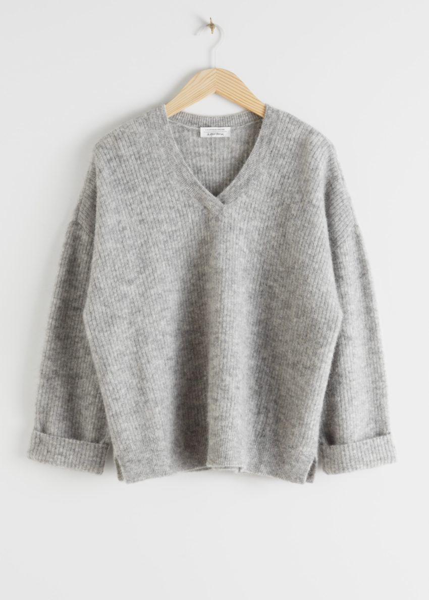 앤아더스토리즈 오버사이즈 브이넥 립 스웨터의 그레이컬러 Product입니다.
