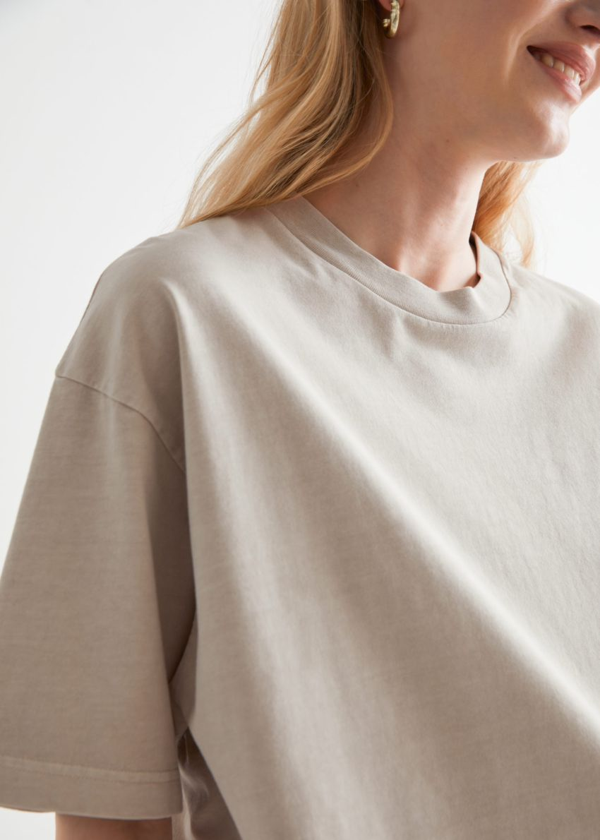 앤아더스토리즈 크롭 박시 크루넥 티셔츠의 샌드컬러 ECOMLook입니다.