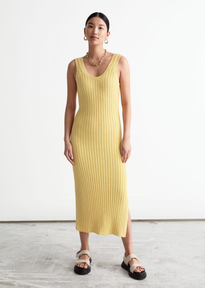 앤아더스토리즈 슬리브리스 립 니트 미디 드레스의 옐로우컬러 ECOMLook입니다.