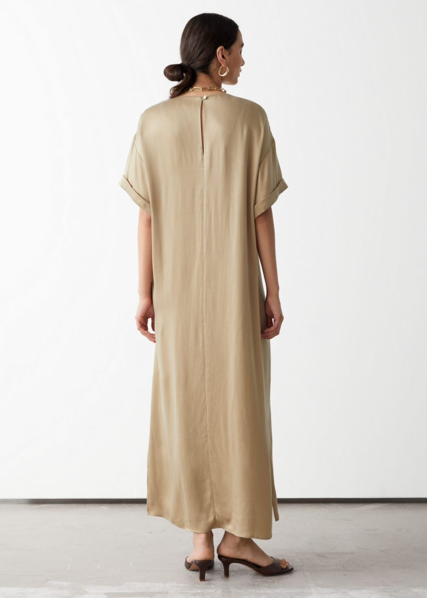 앤아더스토리즈 쿠프로 맥시 드레스의 베이지컬러 ECOMLook입니다.
