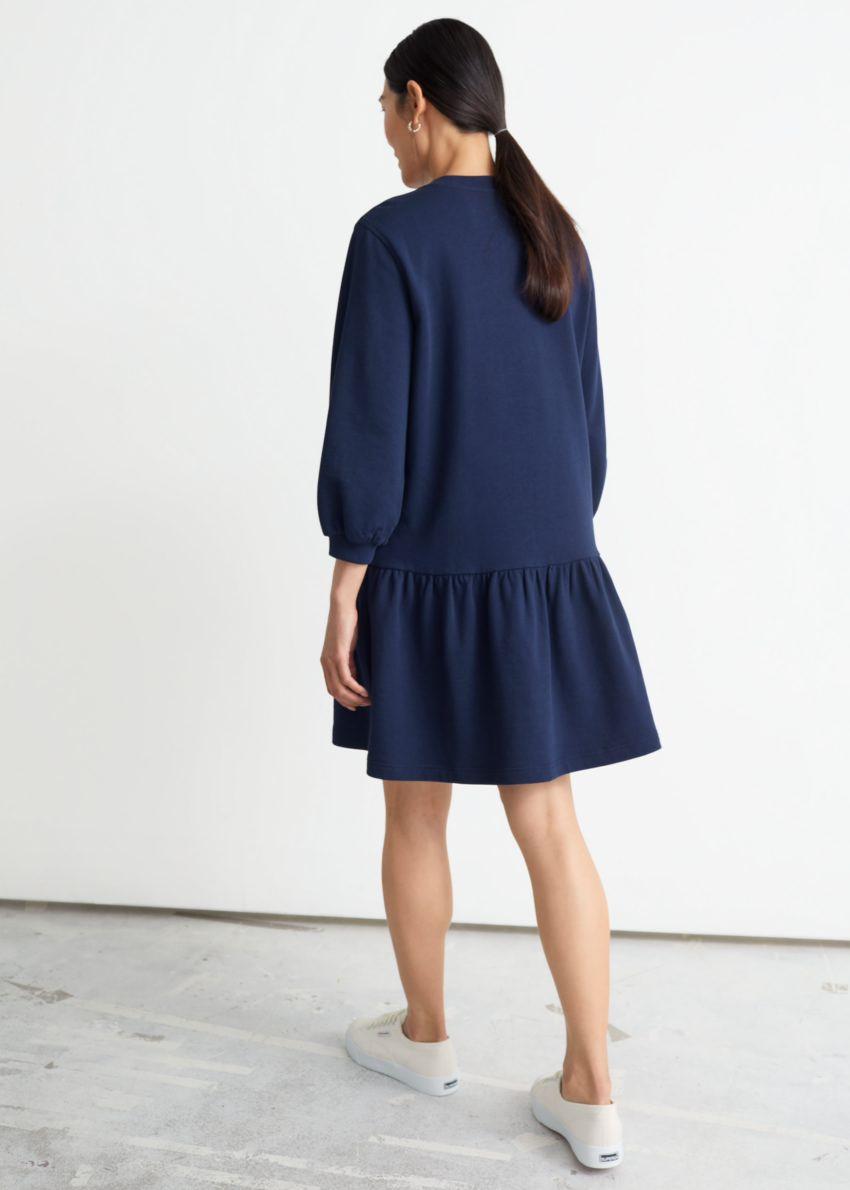 앤아더스토리즈 티어드 저지 미니 드레스의 네이비컬러 ECOMLook입니다.