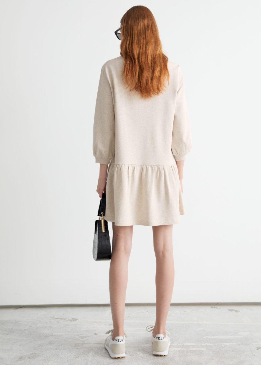 앤아더스토리즈 티어드 저지 미니 드레스의 베이지컬러 ECOMLook입니다.