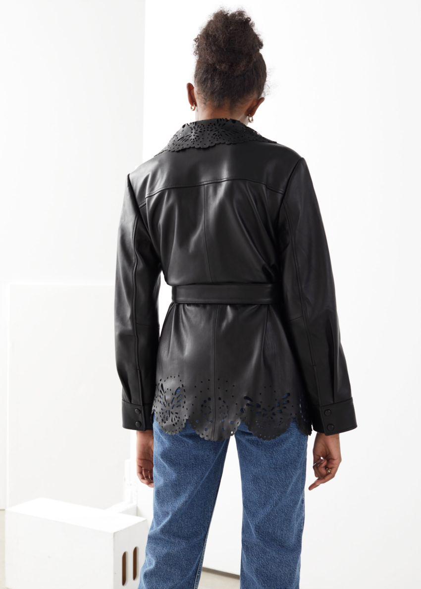 앤아더스토리즈 벨티드 레이저 컷 레더 재킷의 블랙컬러 ECOMLook입니다.