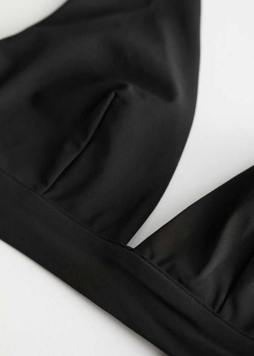 앤아더스토리즈 브이 컷 비키니 탑의 블랙컬러 Detail입니다.