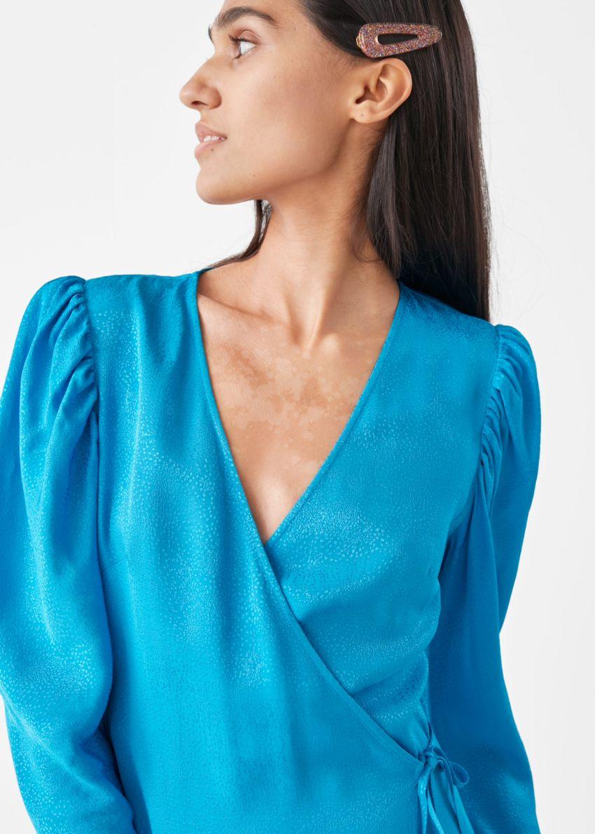 앤아더스토리즈 호스 프린트 웨이스트 타이 미디 드레스의 블루컬러 ECOMLook입니다.