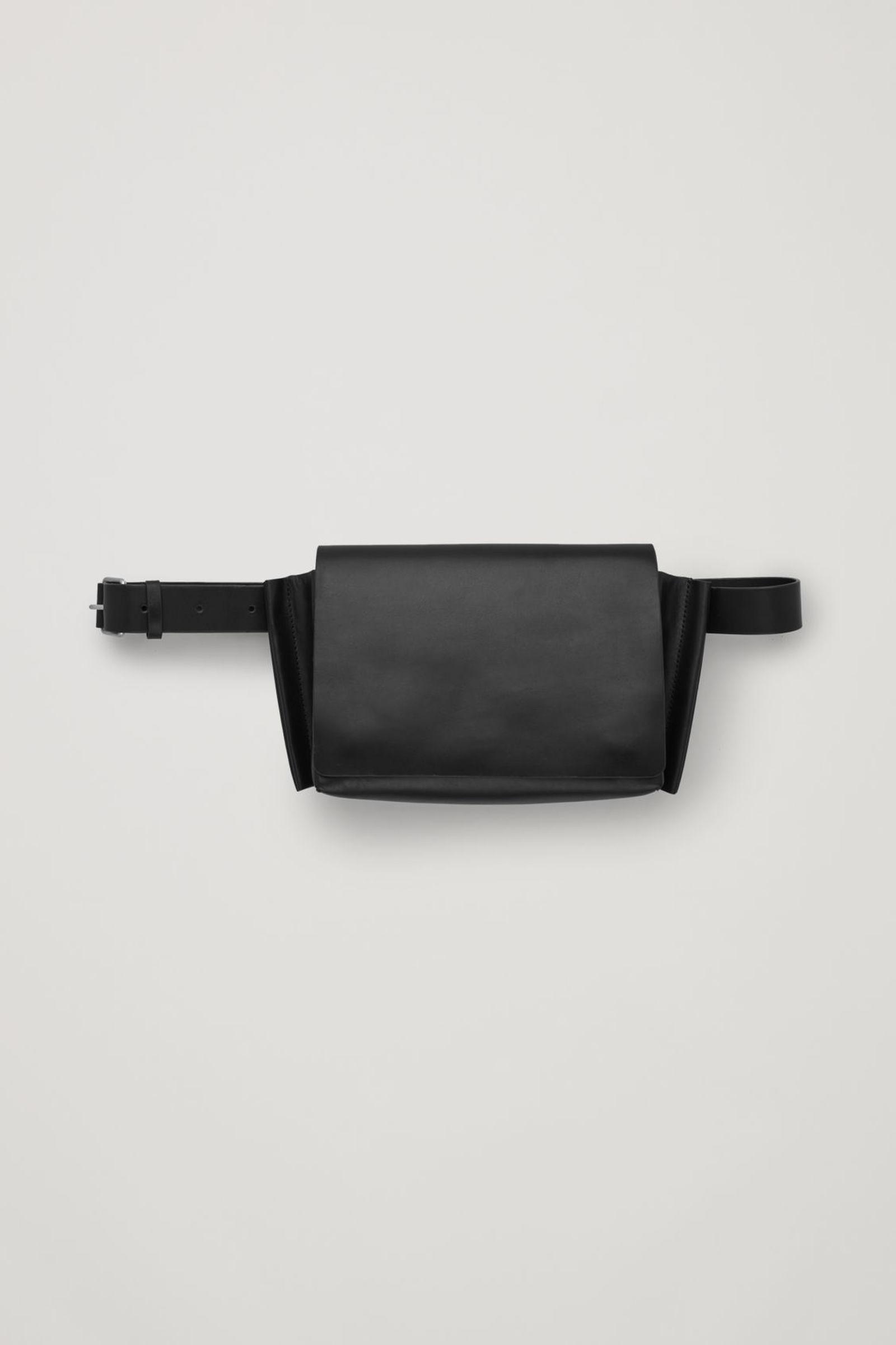 COS 레더 크로스바디 백의 블랙컬러 Product입니다.