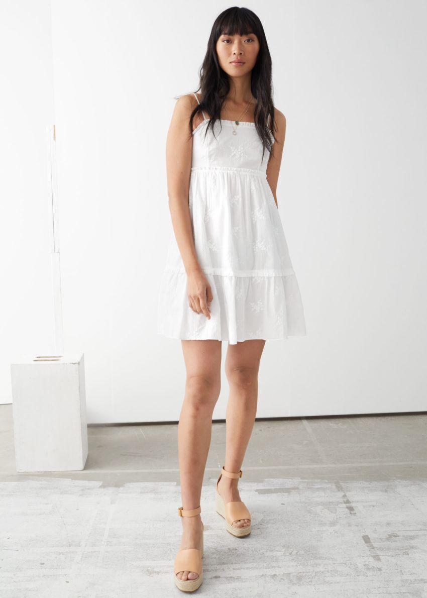 앤아더스토리즈 프릴 스파게티 스트랩 미니 드레스의 화이트컬러 ECOMLook입니다.