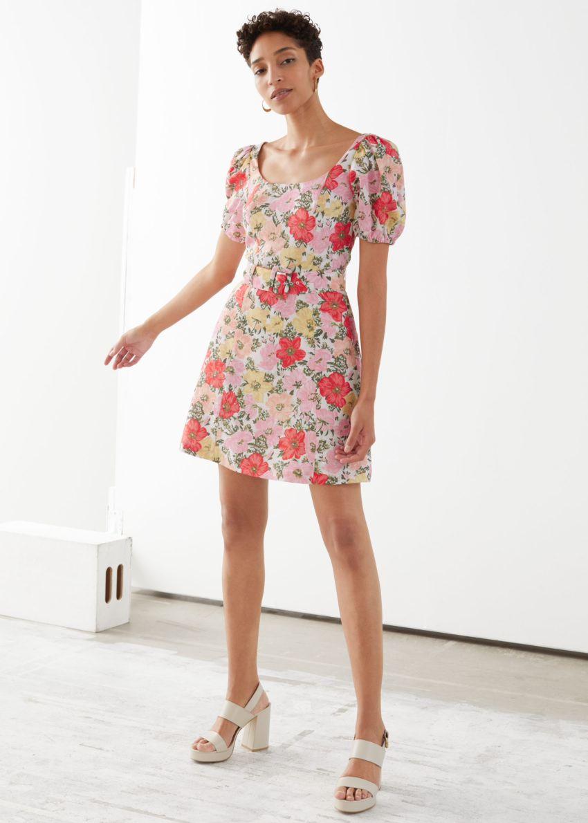 앤아더스토리즈 벨티드 퍼프 슬리브 미니 드레스의 핑크 플로럴컬러 ECOMLook입니다.