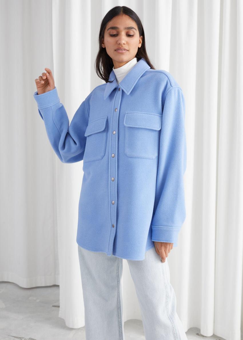 앤아더스토리즈 오버사이즈 울 블렌드 워크웨어 셔츠의 블루컬러 ECOMLook입니다.