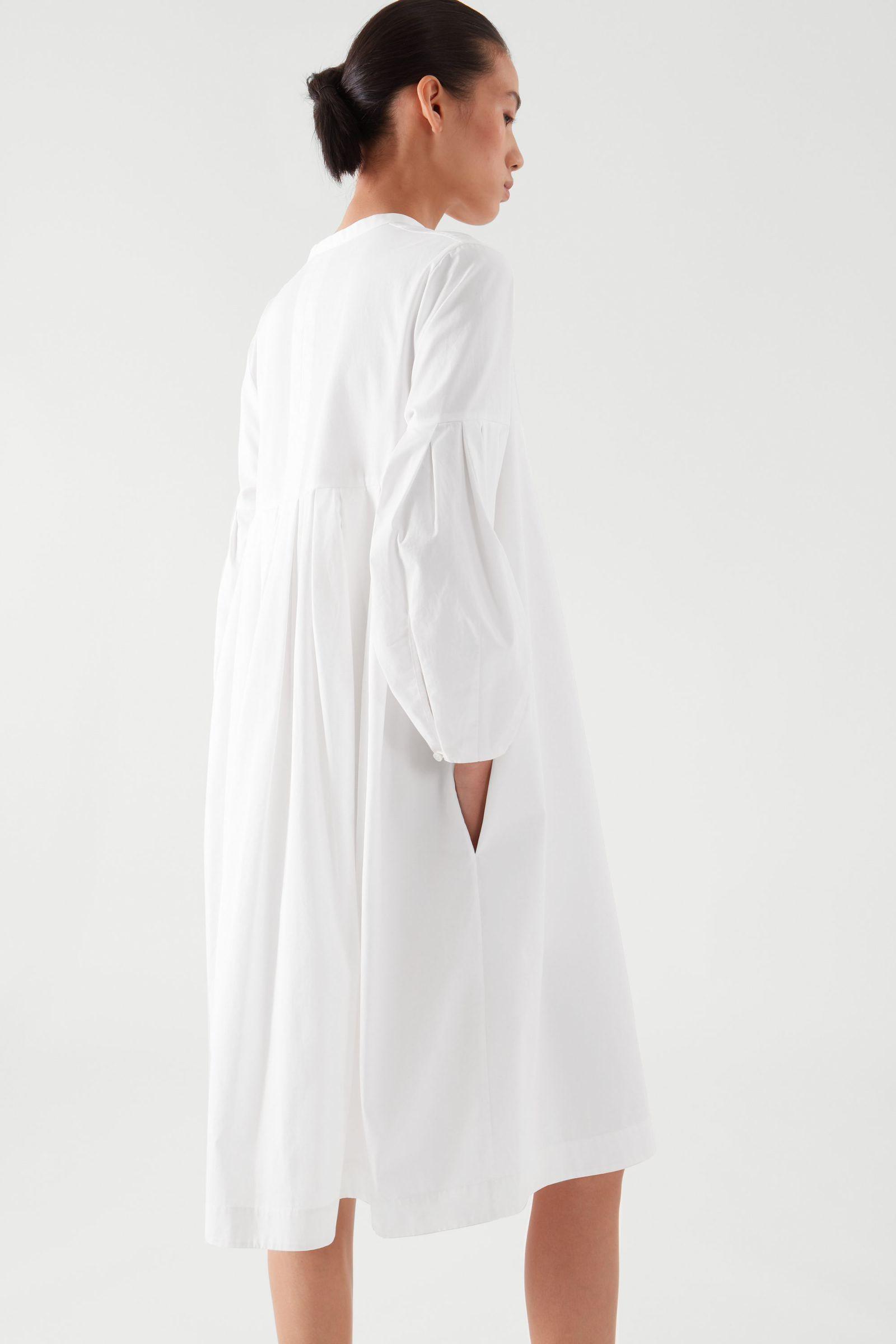 COS 플리티드 셔츠 드레스의 화이트컬러 ECOMLook입니다.
