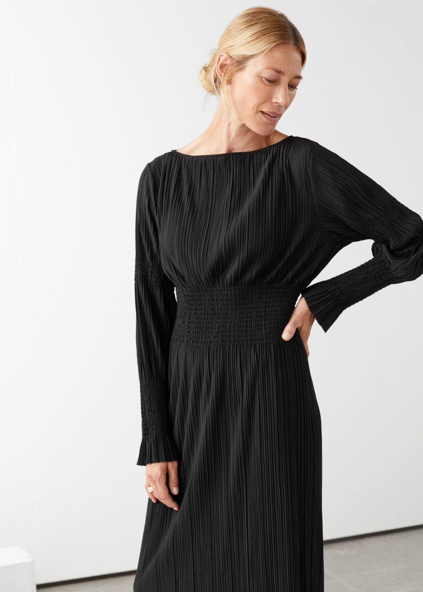 앤아더스토리즈 스모크 미디 드레스의 블랙컬러 ECOMLook입니다.