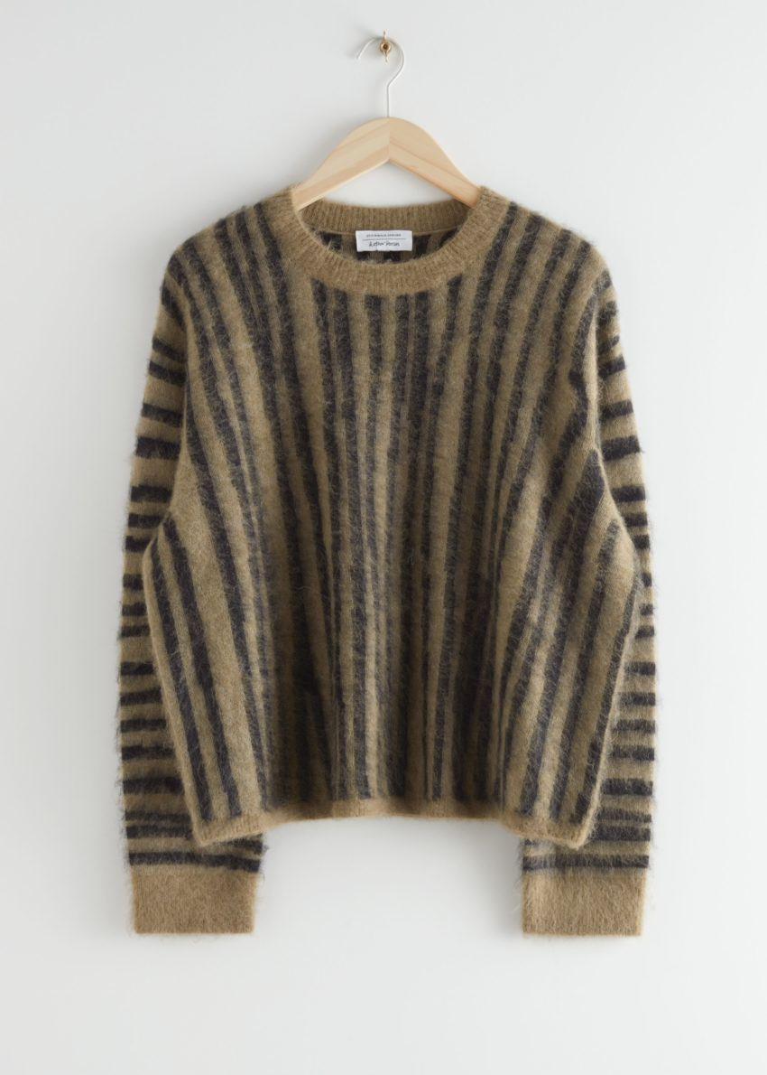 앤아더스토리즈 퍼지 니트 스웨터의 블랙 스트라이프컬러 Product입니다.