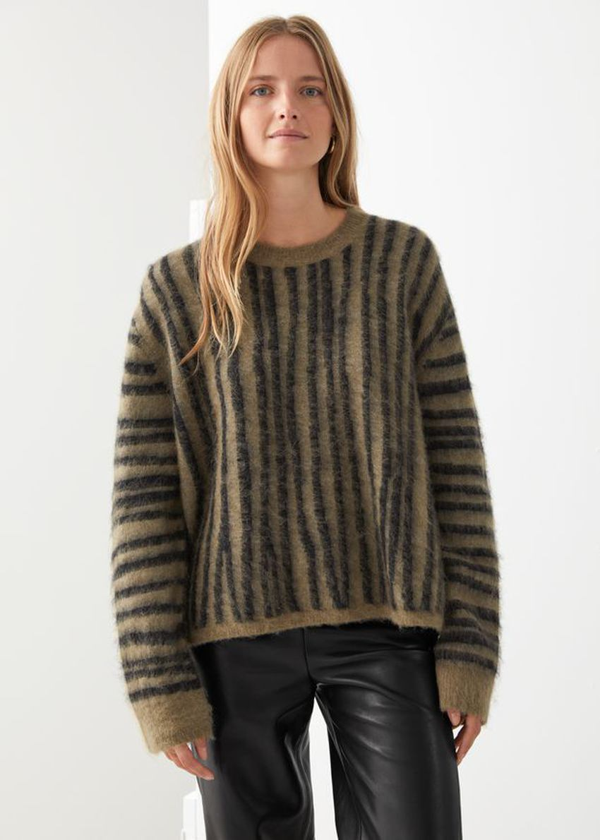 앤아더스토리즈 퍼지 니트 스웨터의 블랙 스트라이프컬러 ECOMLook입니다.