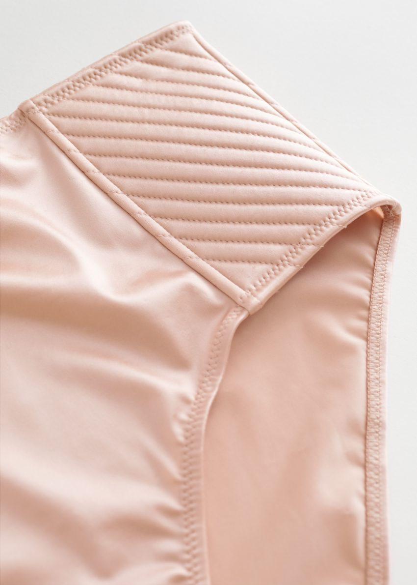 앤아더스토리즈 새틴 탑스티치 하이 웨이스트 브리프의 라이트 핑크컬러 Detail입니다.