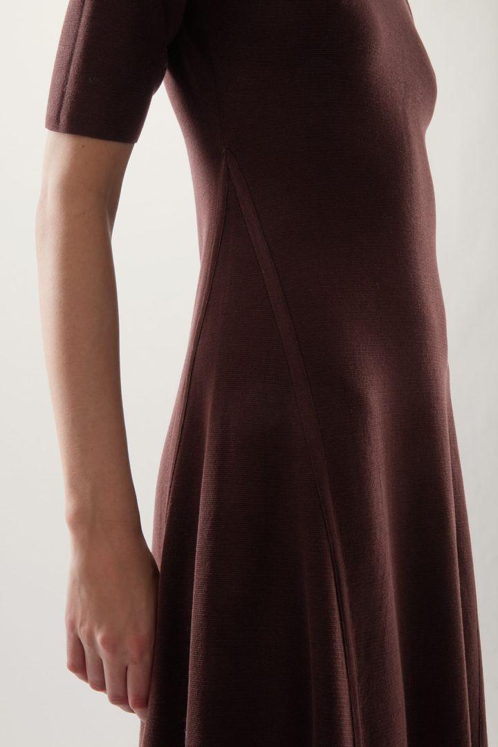 COS 하이넥 니티드 미디 스케이터 드레스의 다크 브라운컬러 ECOMLook입니다.