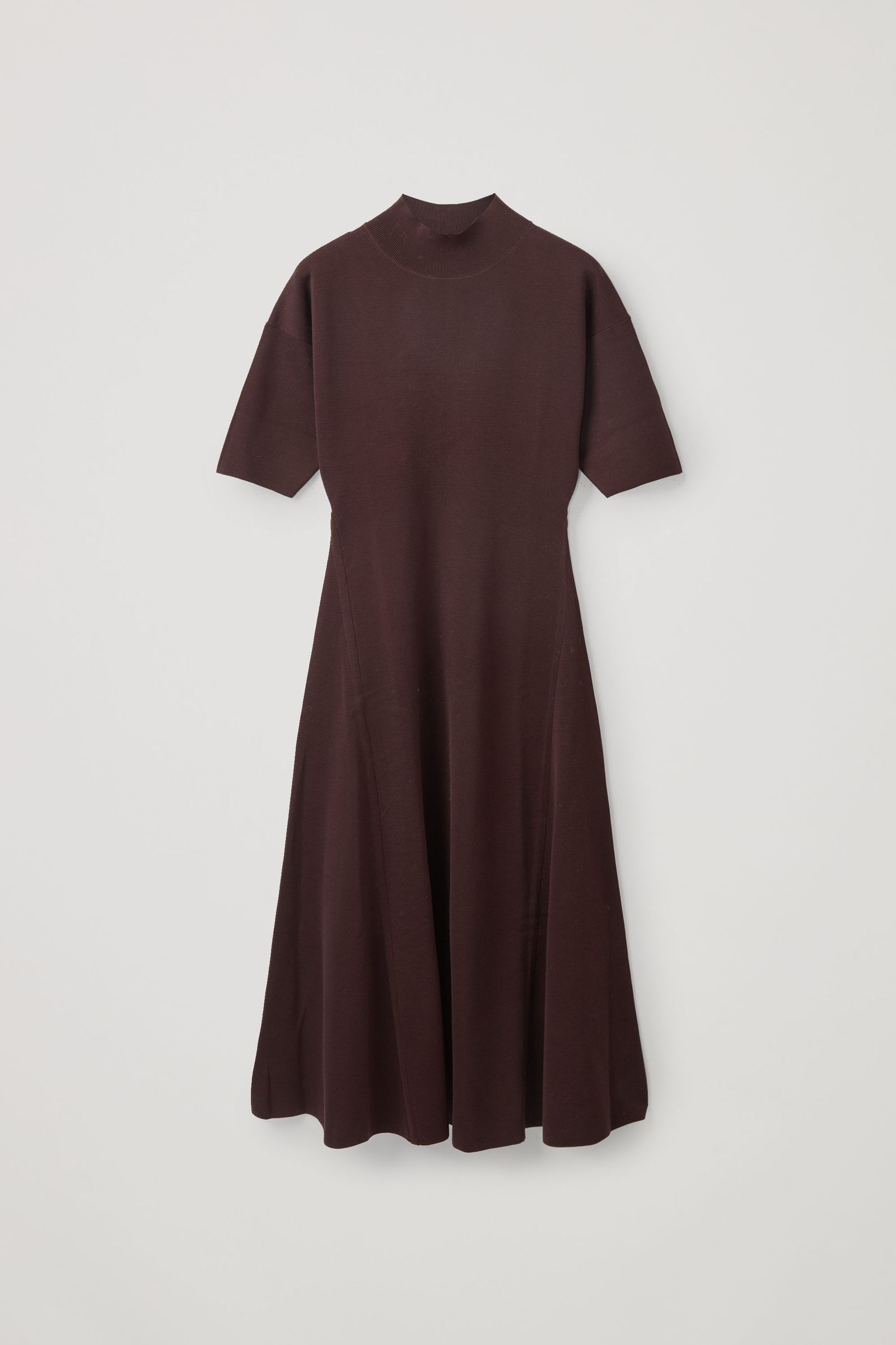 COS 하이넥 니티드 미디 스케이터 드레스의 다크 브라운컬러 Product입니다.