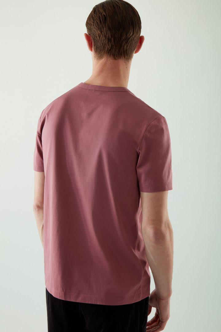 COS 오가닉 코튼 슬림핏 티셔츠의 더스티 핑크컬러 ECOMLook입니다.