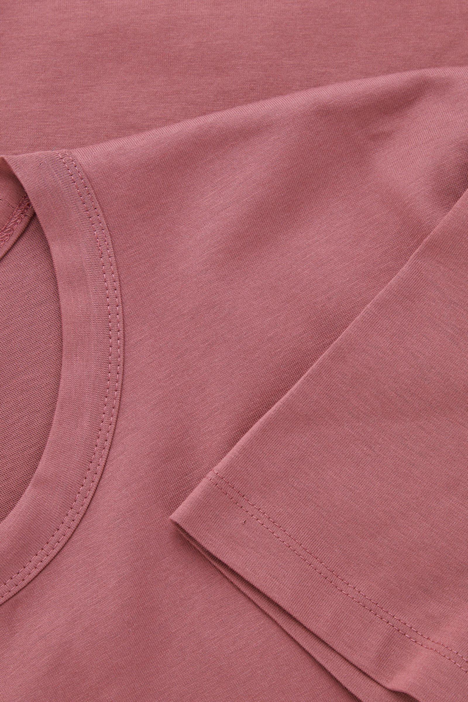 COS 오가닉 코튼 슬림핏 티셔츠의 더스티 핑크컬러 Detail입니다.