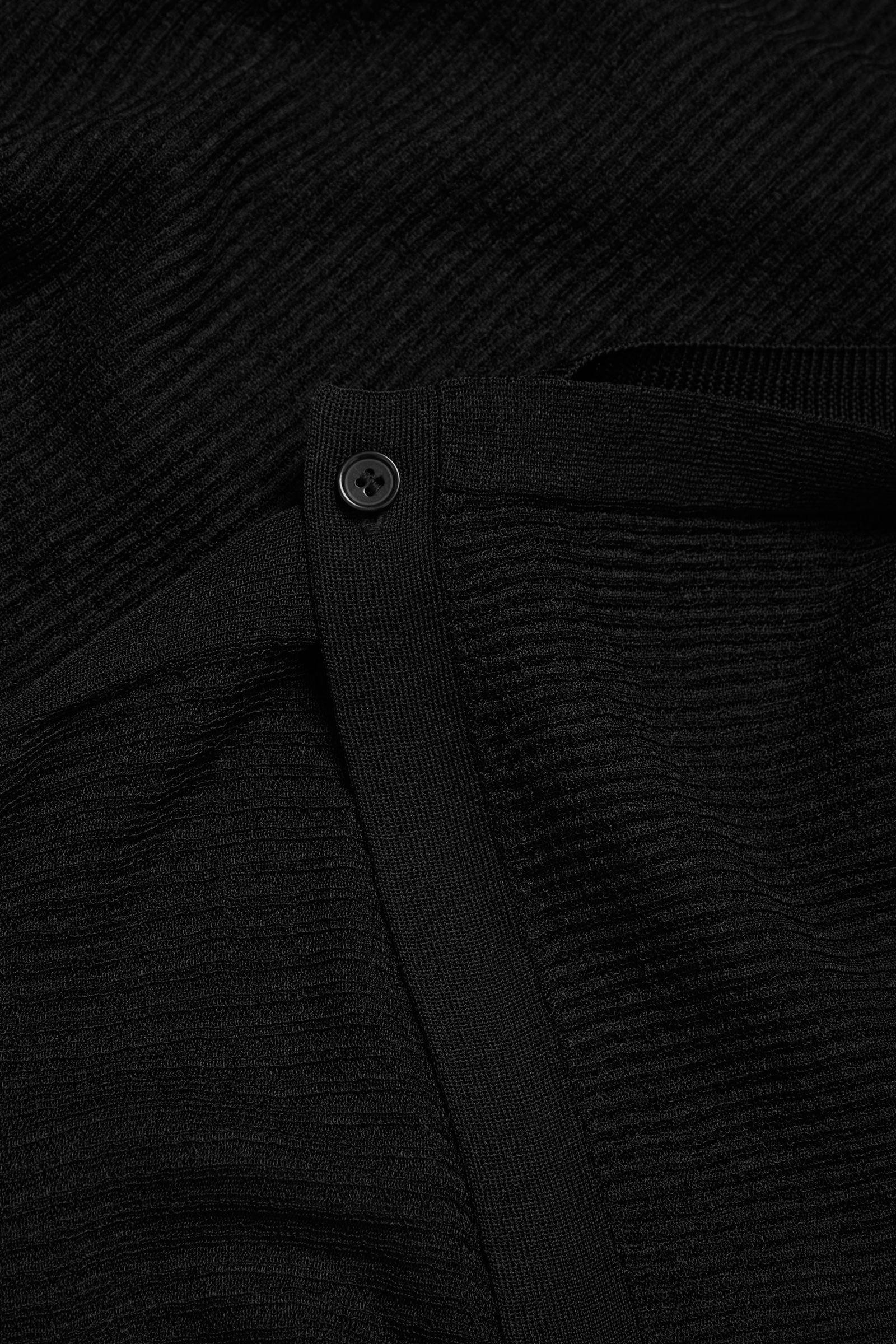 COS 드레이프드 니티드 가디건의 블랙컬러 Detail입니다.