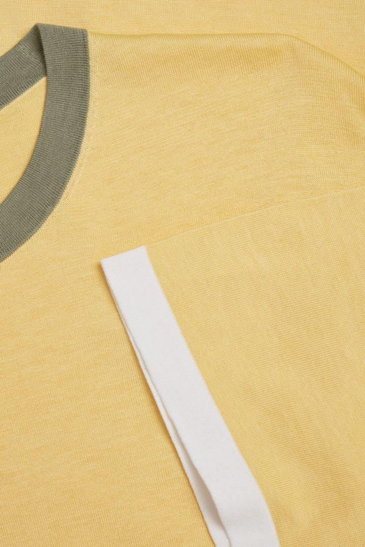 COS 컬러 블록 코튼 실크 티셔츠의 옐로우컬러 Detail입니다.