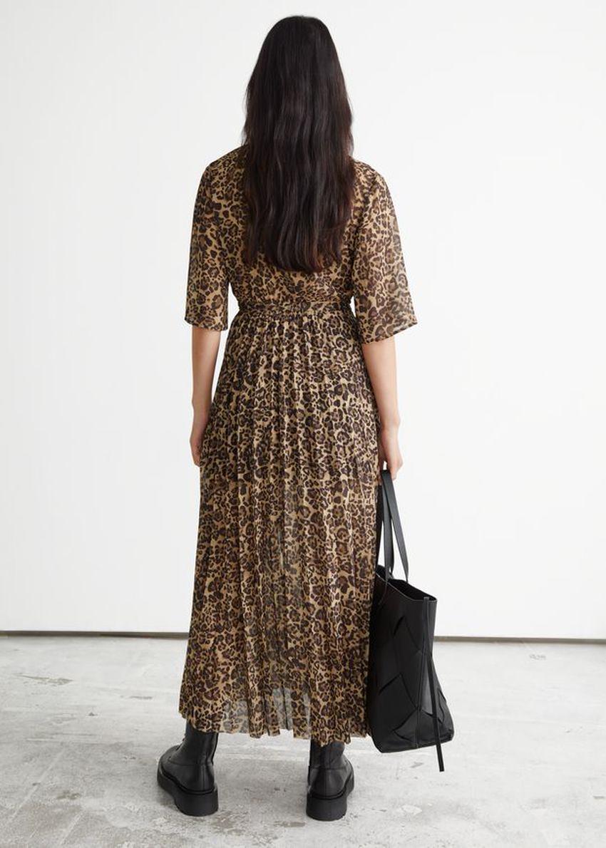 앤아더스토리즈 플로티 플리츠 미디 드레스의 레오파드 프린트컬러 ECOMLook입니다.