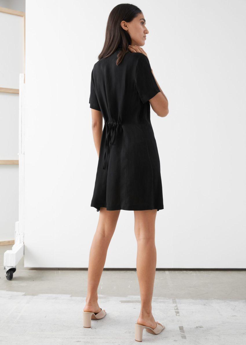 앤아더스토리즈 버튼 업 미니 드레스의 블랙컬러 ECOMLook입니다.