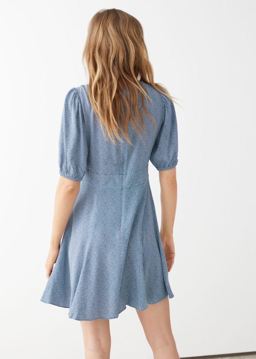 앤아더스토리즈 퍼프 슬리브 미니 드레스의 블루 페탈컬러 ECOMLook입니다.