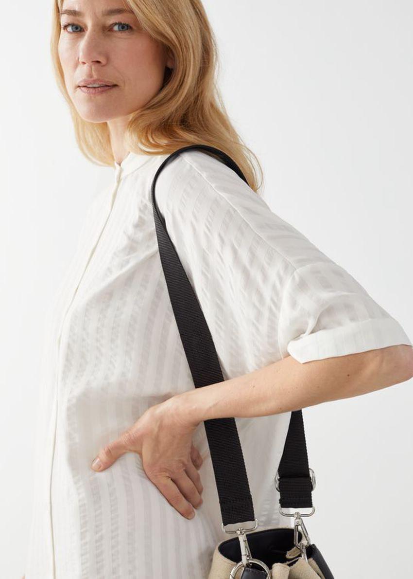 앤아더스토리즈 오버사이즈 셔츠 드레스의 화이트 스트라이프컬러 ECOMLook입니다.