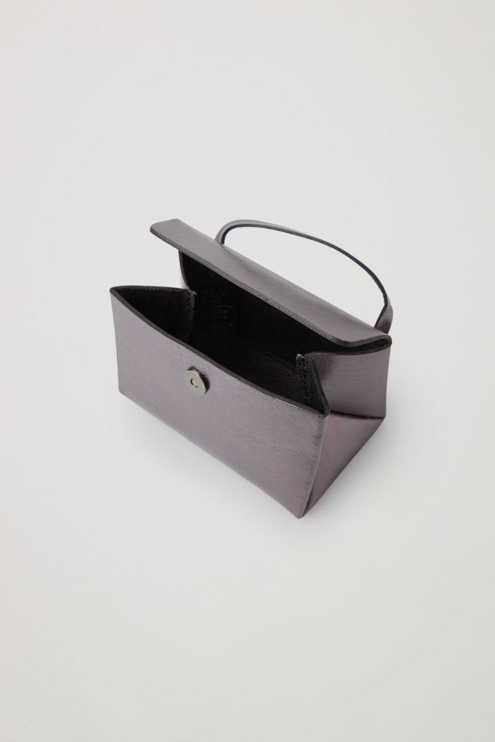 COS 미니 레더 트라이앵글 백의 메탈릭컬러 Product입니다.