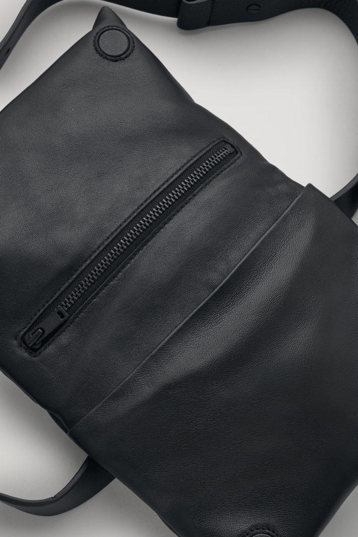 COS 패디드 레더 벨트 백의 블랙컬러 Detail입니다.