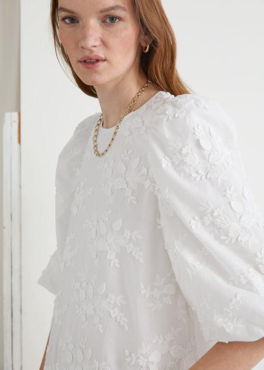 앤아더스토리즈 와이드 코튼 엠브로이더리 미니 드레스의 화이트컬러 ECOMLook입니다.