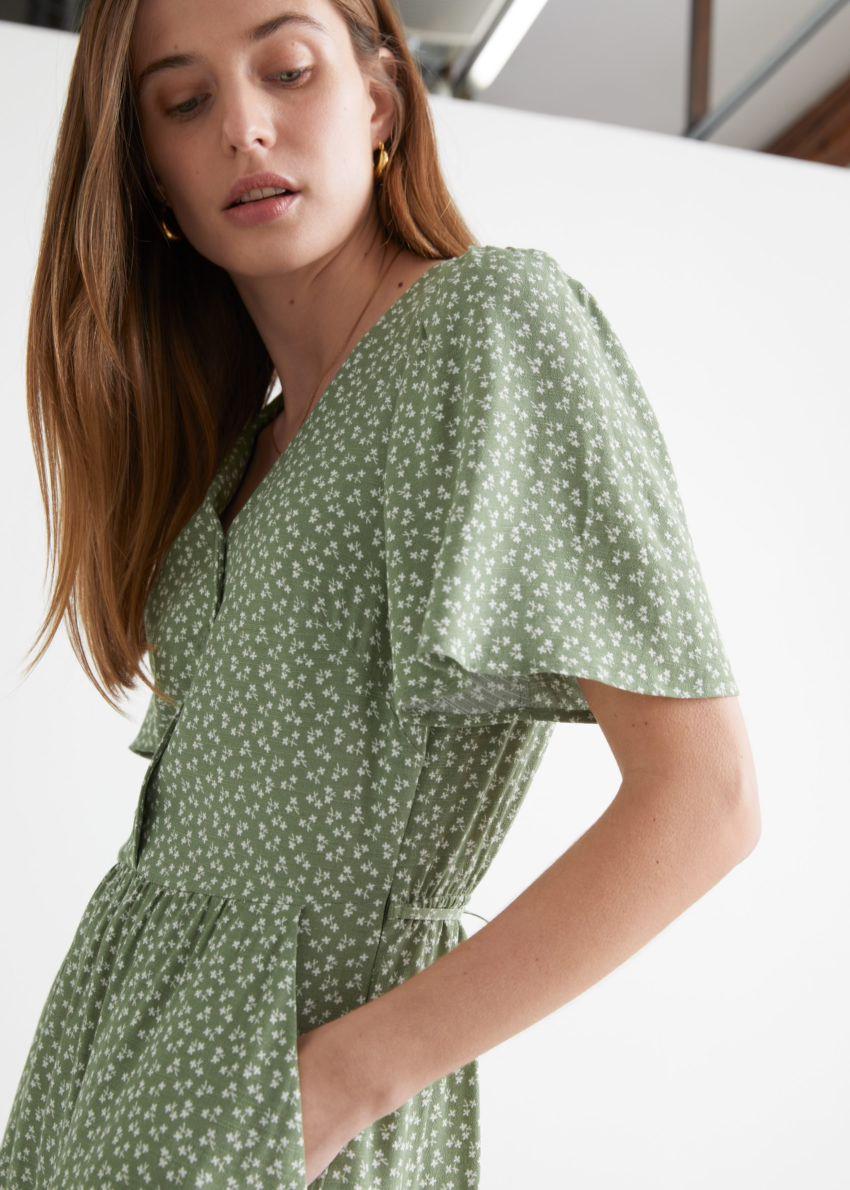 앤아더스토리즈 플러터 슬리브 맥시 드레스의 카키 프린트컬러 ECOMLook입니다.