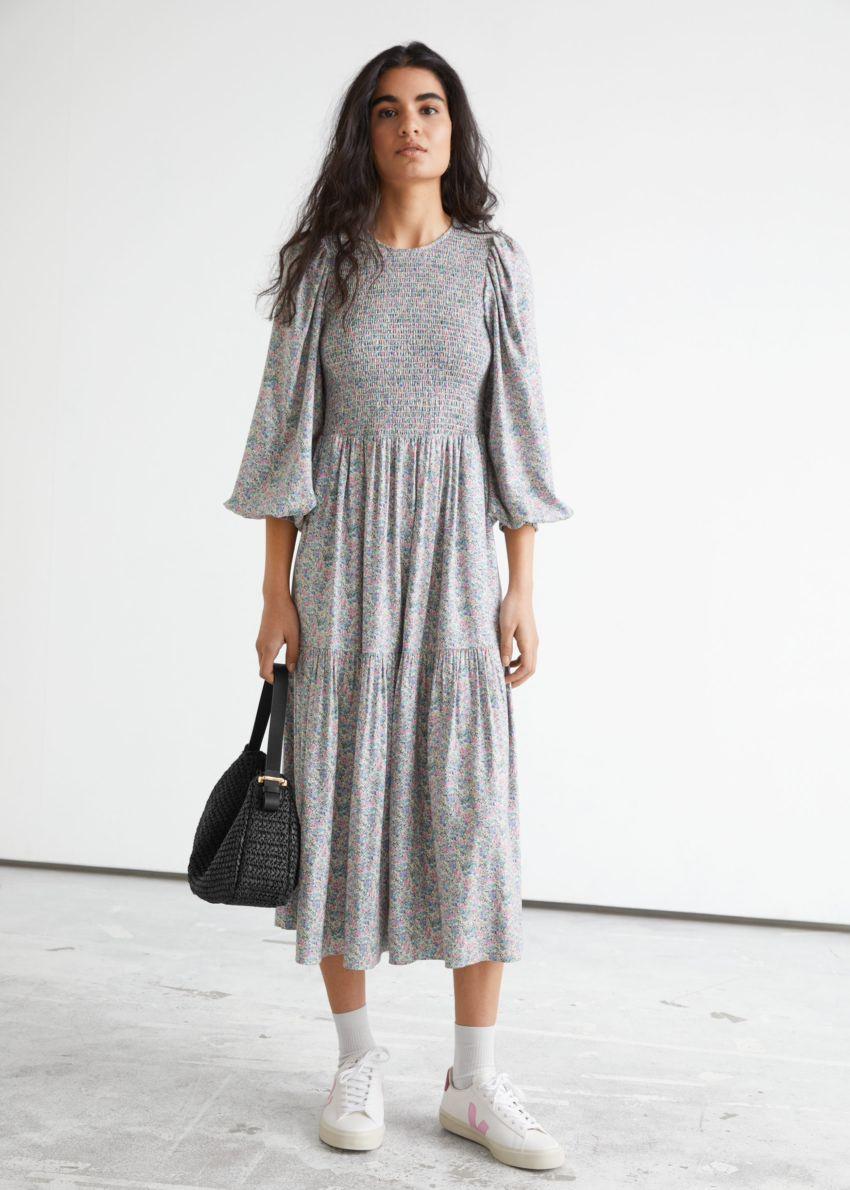 앤아더스토리즈 볼류미너스 티어드 스모크 미디 드레스의 그레이 플로럴컬러 ECOMLook입니다.