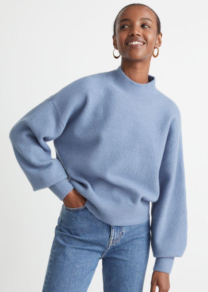 앤아더스토리즈 모크 넥 스웨터의 블루컬러 ECOMLook입니다.