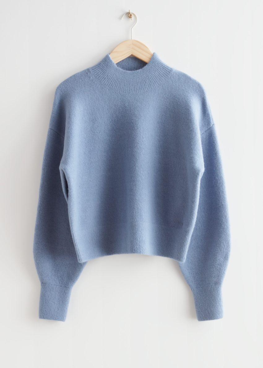 앤아더스토리즈 모크 넥 스웨터의 블루컬러 Product입니다.
