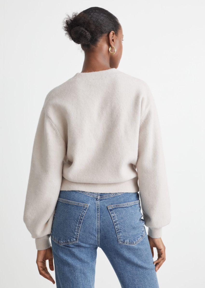 앤아더스토리즈 릴렉스드 스웨터의 라이트 베이지컬러 ECOMLook입니다.