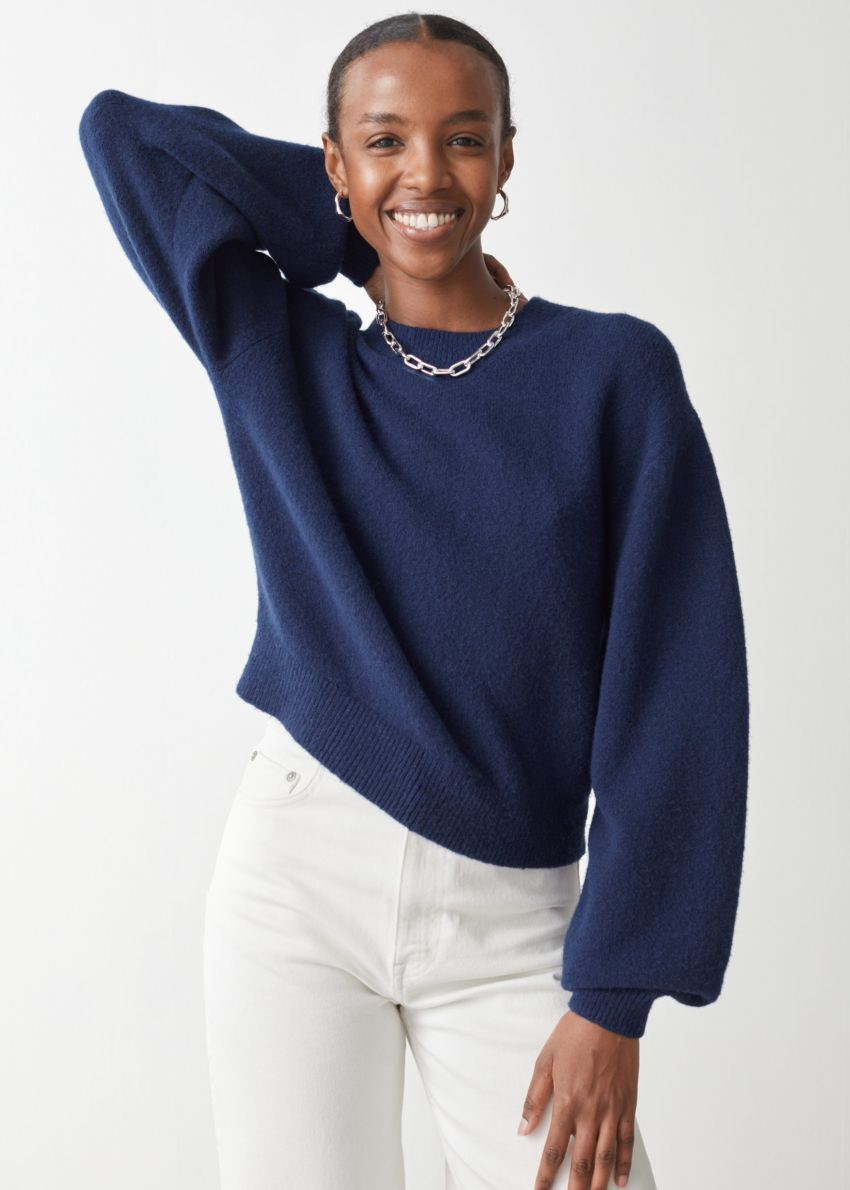 앤아더스토리즈 릴렉스드 스웨터의 네이비컬러 ECOMLook입니다.
