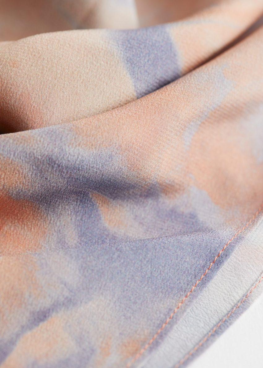 앤아더스토리즈 듀오 톤 프린트 실크 스카프의 라일락, 핑크컬러 Detail입니다.