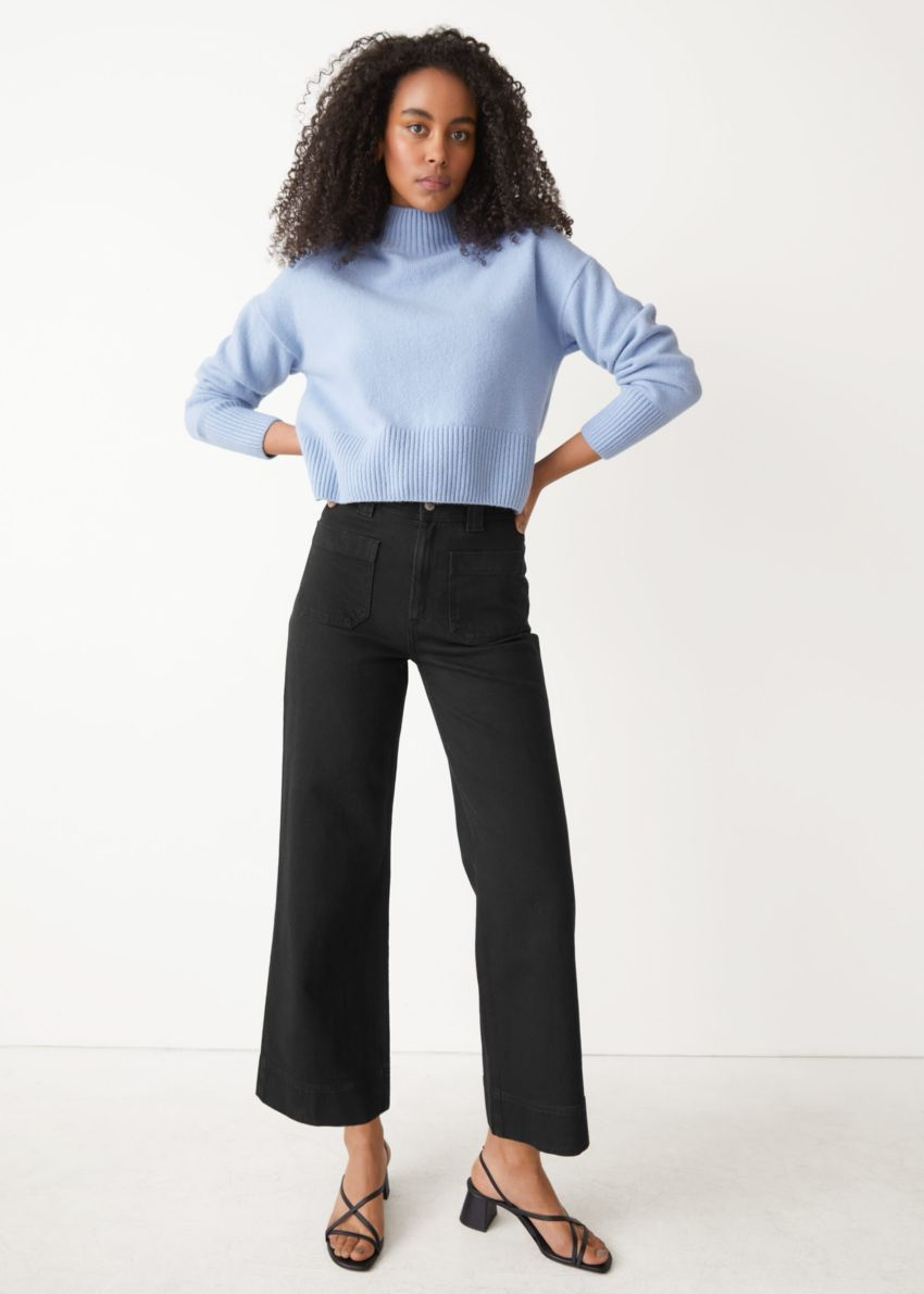 앤아더스토리즈 크롭 모크 넥 스웨터의 라이트 블루컬러 ECOMLook입니다.