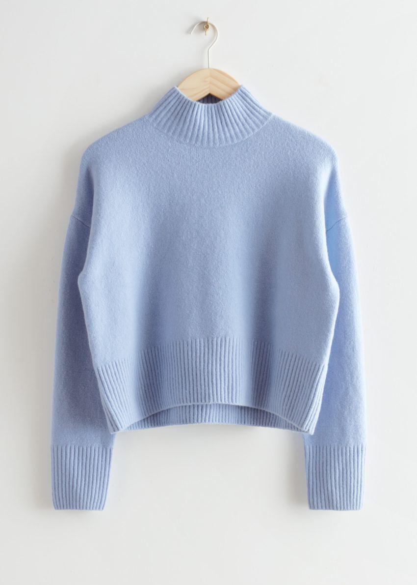 앤아더스토리즈 크롭 모크 넥 스웨터의 라이트 블루컬러 Product입니다.