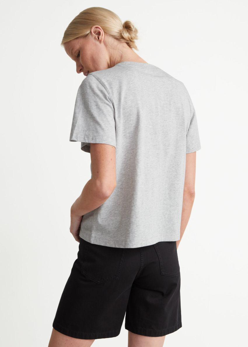 앤아더스토리즈 박시 오가닉 코튼 티셔츠의 그레이컬러 ECOMLook입니다.