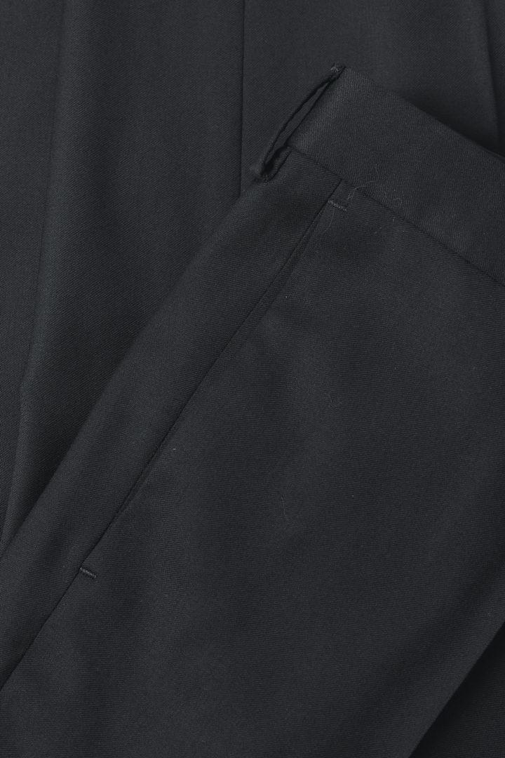 COS 크롭 울 트라우저의 블랙컬러 Detail입니다.