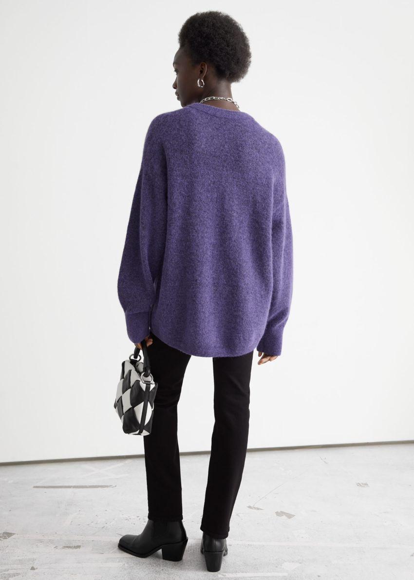 앤아더스토리즈 오버사이즈 니트 스웨터의 퍼플컬러 ECOMLook입니다.
