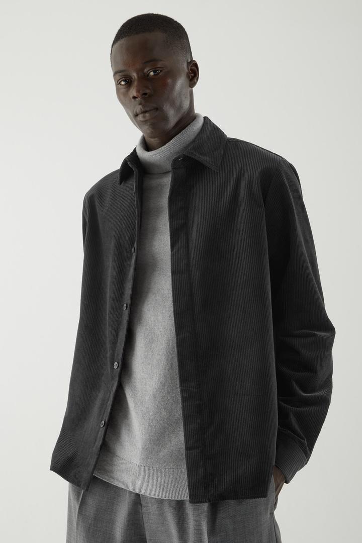COS 코튼 코듀로이 셔츠의 블랙컬러 ECOMLook입니다.