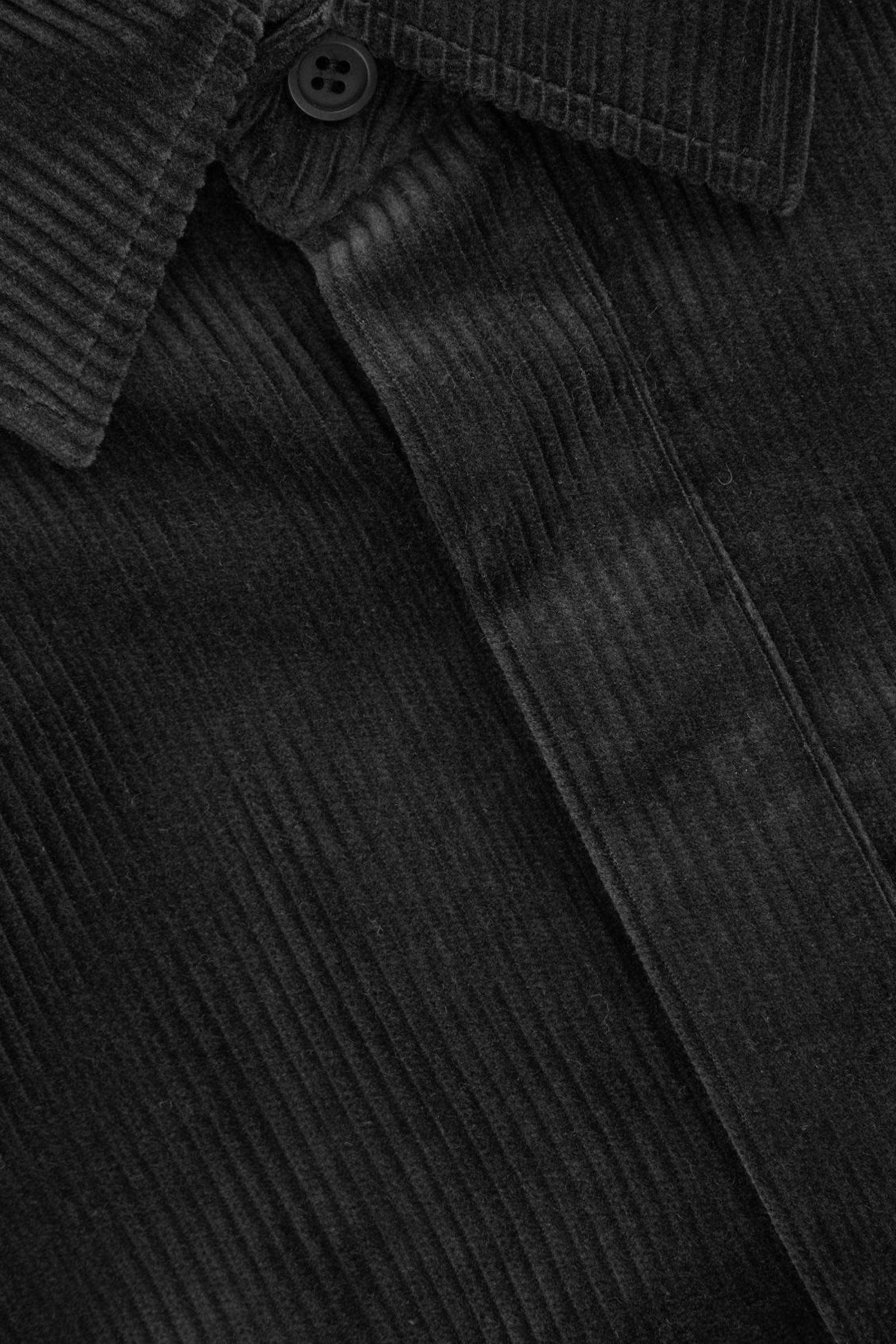 COS 코튼 코듀로이 셔츠의 블랙컬러 Detail입니다.