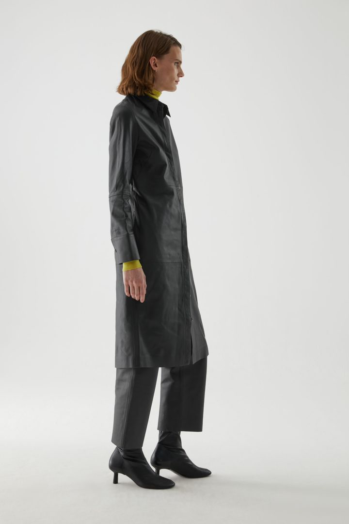 COS 나파 레더 셔츠 드레스의 블랙컬러 ECOMLook입니다.