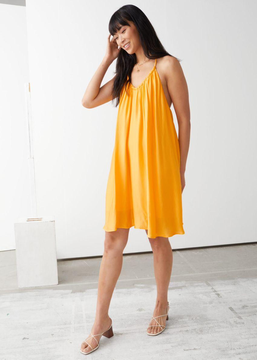 앤아더스토리즈 볼류미너스 스파게티 스트랩 미니 드레스의 옐로우컬러 ECOMLook입니다.