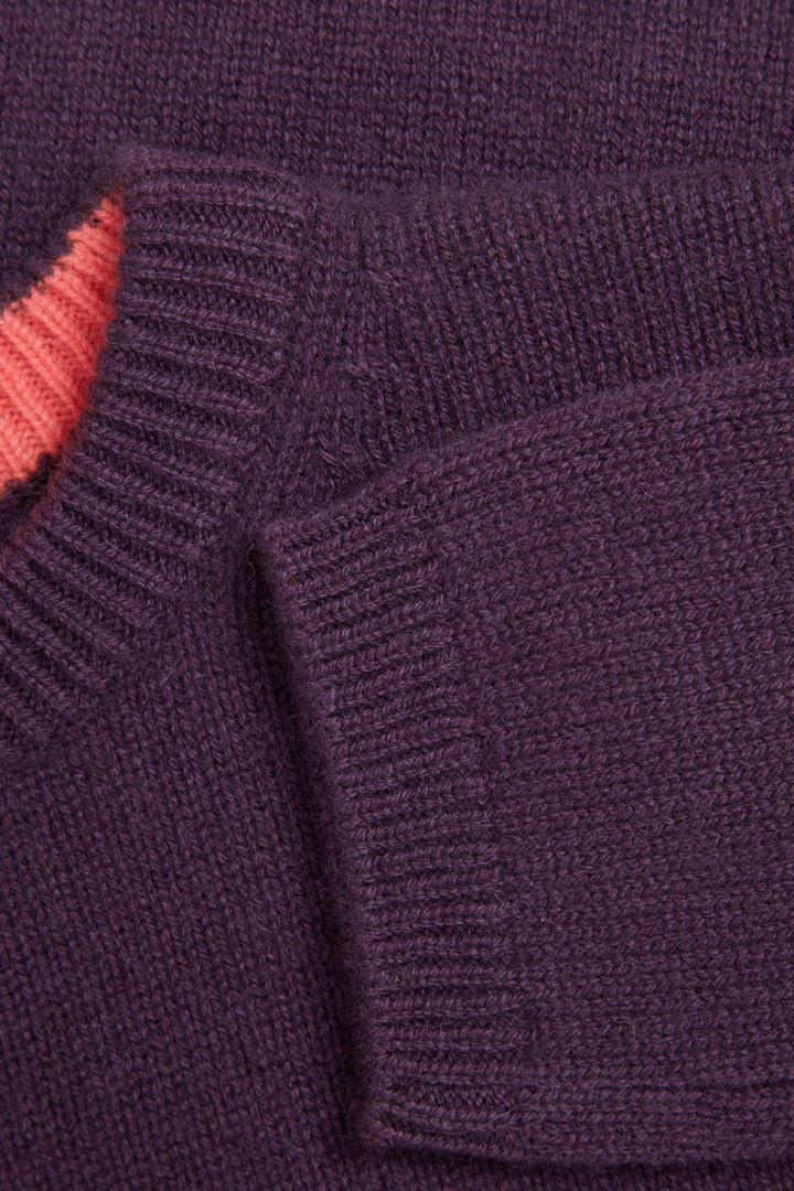 COS 캐시미어 패치 포켓 스웨터의 퍼플 / 핑크컬러 Detail입니다.