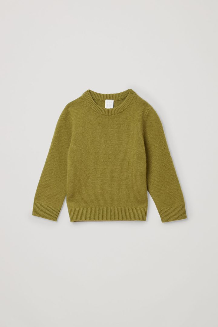 COS 캐시미어 크루넥 스웨터의 그린컬러 Product입니다.